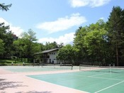 【テニスコート】営業時間09:00~17:00(16:00最終)1時間・ご宿泊者2670円です。(土日シーズンは3290円)です。ハードコート3面を完備しております。事前予約が可能です。