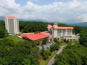 【ホテルヴィレッジ】標高1200メートルにあり、草津温泉街より車で5分でございます。