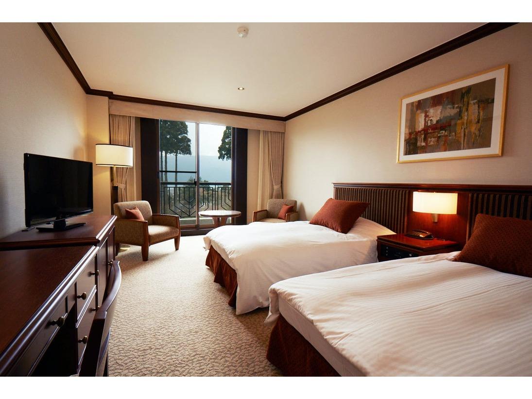 全てのお部屋からは窓いっぱいに広がる芦ノ湖の風景が・・・。寝具は心地よくお過ごしいただけるよう、リラックス感を高めるデュぺタイプに。芦ノ湖と庭園を眺めながら、優雅な時間をお過ごしください。
