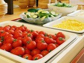 【朝食ブュッフェ】契約農家で採れた野菜が産地直送で朝食に並びます。
