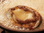 【あわびステーキ】風味豊かなソースで仕上げる古窯特製の鮑ステーキをどうぞ。