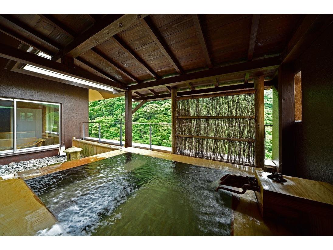 源泉かけ流しの美人の湯を専用露天風呂で満喫できる露天風呂付特別室「803号室」。