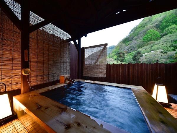 2人で入っても余裕のある専用露天風呂