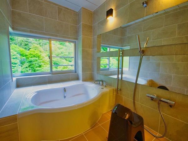 源泉かけ流しの温泉を楽しめる内風呂
