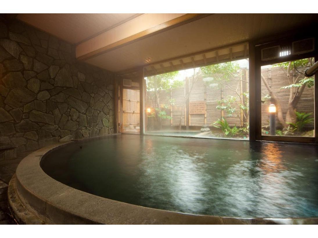 ●狭霧の湯●由布院の名所、金燐湖の朝霧を連想させる湯気に旅愁を誘われる、岩造りの大浴場です。