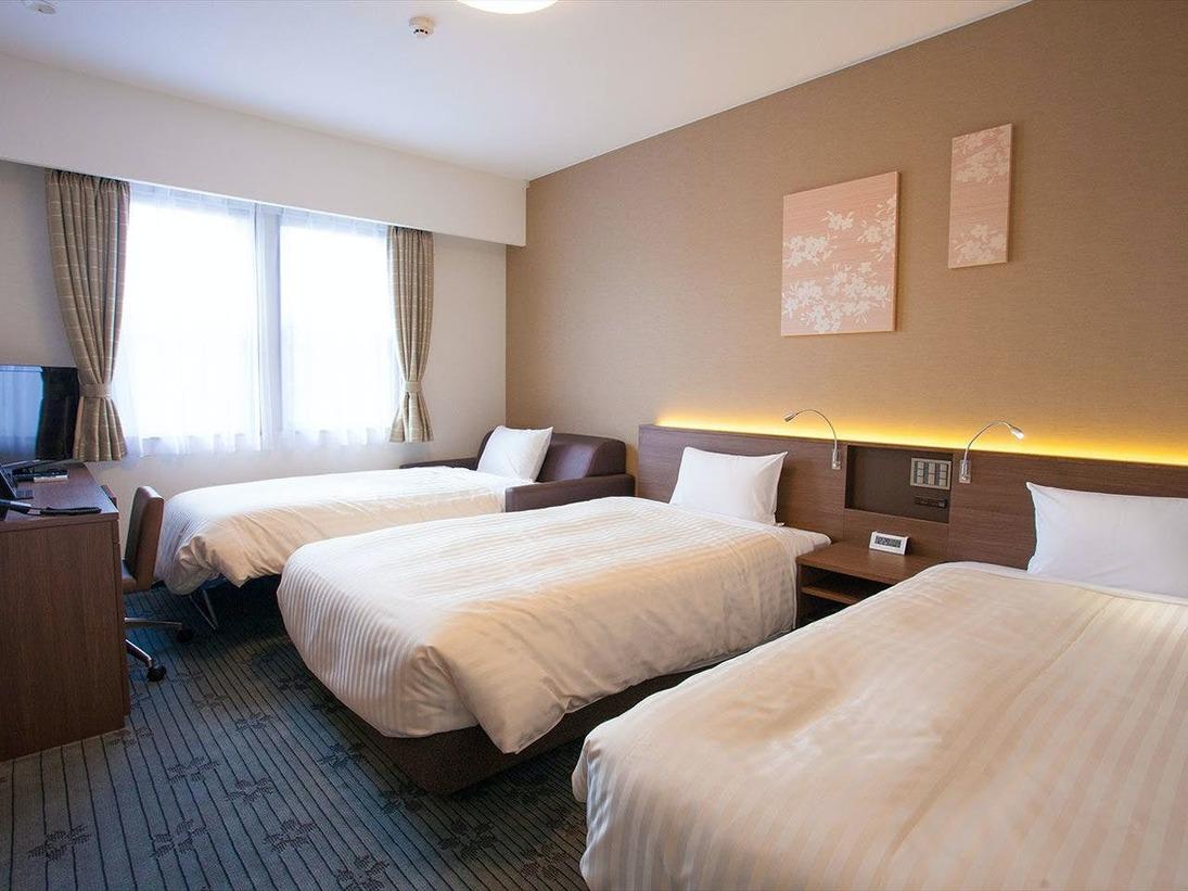 ツインルーム(3名利用):24平米/定員1~3名/ベッド幅120cm×2 全室禁煙・FreeWi-Fi・バストイレ別ベッドは全米ホテルで広く採用されている「Serta(サータ)」ツインルームの3名利用時はソファーをベッドメイクしてご利用頂きます
