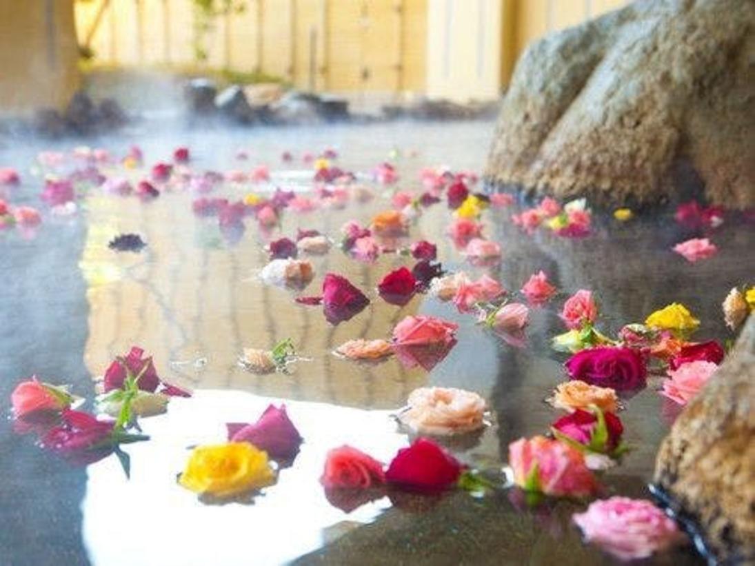 毎日ご利用いただける香高き美の空間「バラ湯」をお楽しみください。