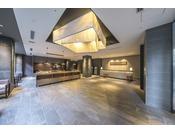 【本館ロビー】ロビー天井の幕体やフロントカウンターには京都ならではの西陣織の生地を使用しております