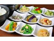 """【朝食】京都の家庭料理""""おばんざい""""を中心とした和洋食ビュッフェをご用意しております*"""