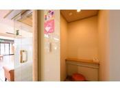 【授乳室】4階ロビーの他、1階・2階にご用意しております(共用トイレにはオムツペールも準備しております)
