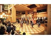 【お祭り広場】毎晩20:30より、郷土芸能やダーツゲームなどのイベントが催されます
