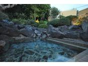 【女性露天風呂夕景】庭園の中にあり大島の自然を肌で感じることができます。敷地内に湧く源泉を使った露天風呂をお楽しみください。