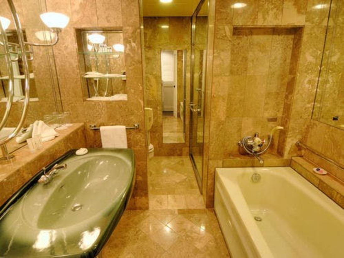 洋室バスルームは全室、イタリア産の総大理石造り。独立したシャワーブースを設けています。