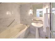 全客室にはバスルームとシャワーブースがございます