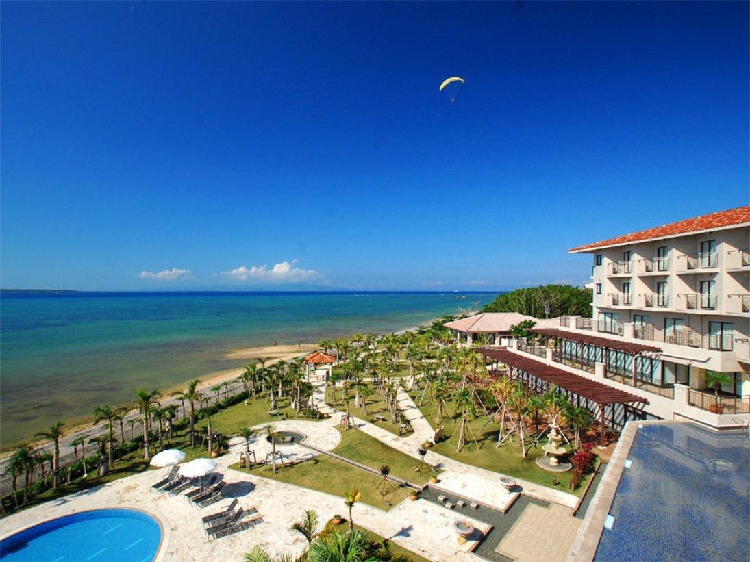 【客室からの景観例】手入れされたホテルガーデンや、エメラルドグリーンの海がご覧いただけます。