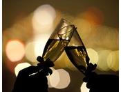 都会の夜景を眺めながら、スパークリングワインで乾杯