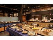 【朝食会場】全体 / 和洋食のビュッフェをご用意しております