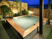 館内でも人気の高い檜露天風呂。この素晴らしい眺めが、心も身体も癒してくれます。
