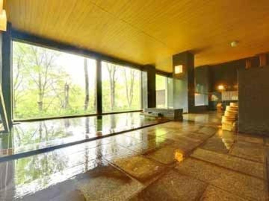 青森ひばを使用した浴槽に浸かり、じんわり温泉力を感じる時間。