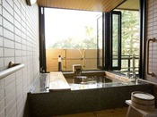 〈バリアフリー対応鳳凰和洋室/新館 浴室一例〉■窓付源泉露天風呂■浴室はスライド式のガラス戸に囲まれており、開ければ大きな開放感がある露天風呂に、寒い時は閉めて内風呂としてもお楽しみ頂けます。車椅子のままでも浴室にお入りいただけます。