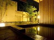 〈鳳凰和洋特別室/新館 浴室一例〉■源泉露天風呂・内風呂■内風呂もいつでも涌いておりますので、ゆっくり体を温めてから露天風呂につかることができます。