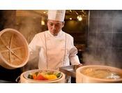 「蒸し料理」では地元野菜などをお客様の目の前で蒸し上げております。