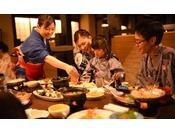 「かまどダイニング」会食イメージ ※お子様と一緒にハーフバイキング料理をお楽しみください。