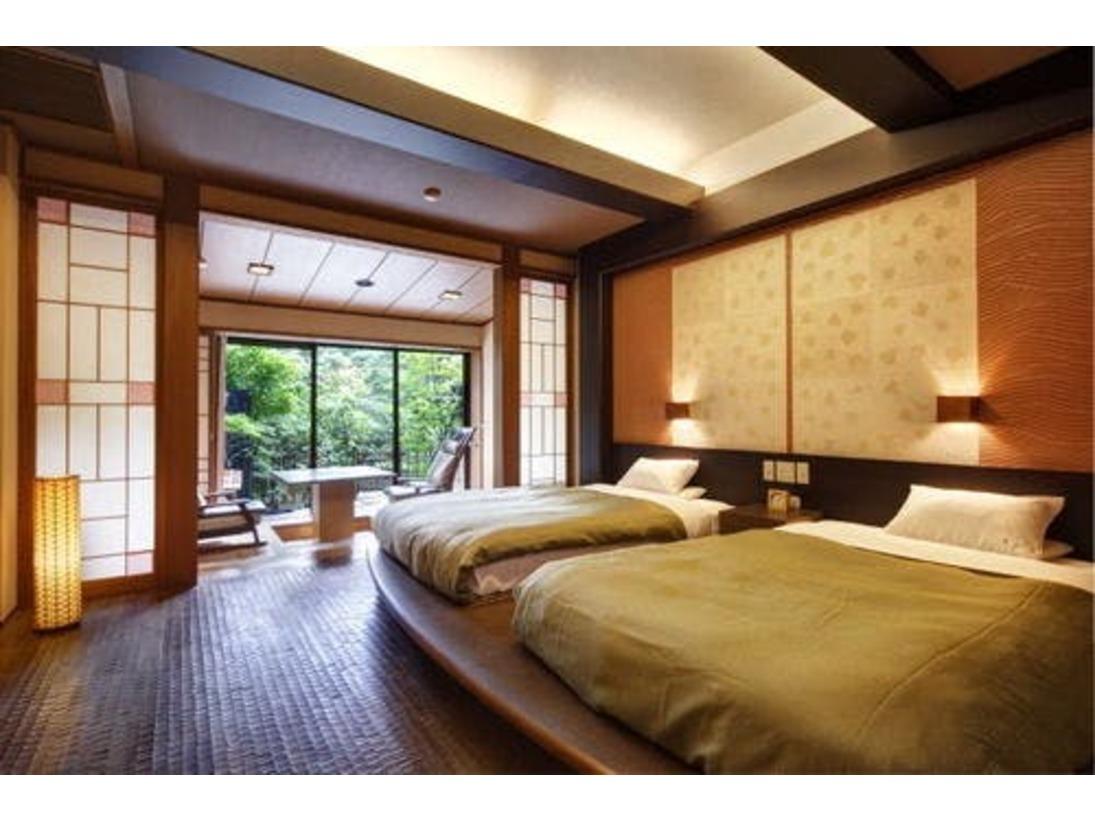 西館一階に四室ある露天風呂付き客室は、モダン和風のデザインを基調とし、セミダブルベットを二つ配した二名様定員の客室です。床の様式は、ちょうなで削ったなぐり仕上げの「板の間」と「畳」の部屋がございます。