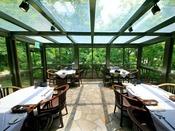 庭の木々を眺めながら、ご家族や素敵なお仲間と楽しいお食事をお楽しみ下さい