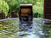 日本の伝統的な「信楽焼の壺風呂」を使った和ジアンスタイルの貸切温泉露天風呂。