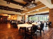 大きな窓のあるフローリングのレストランは、バリの雰囲気たっぷり。