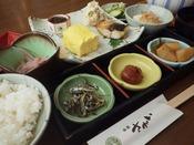 朝食は和食をレストランにてご用意致します。