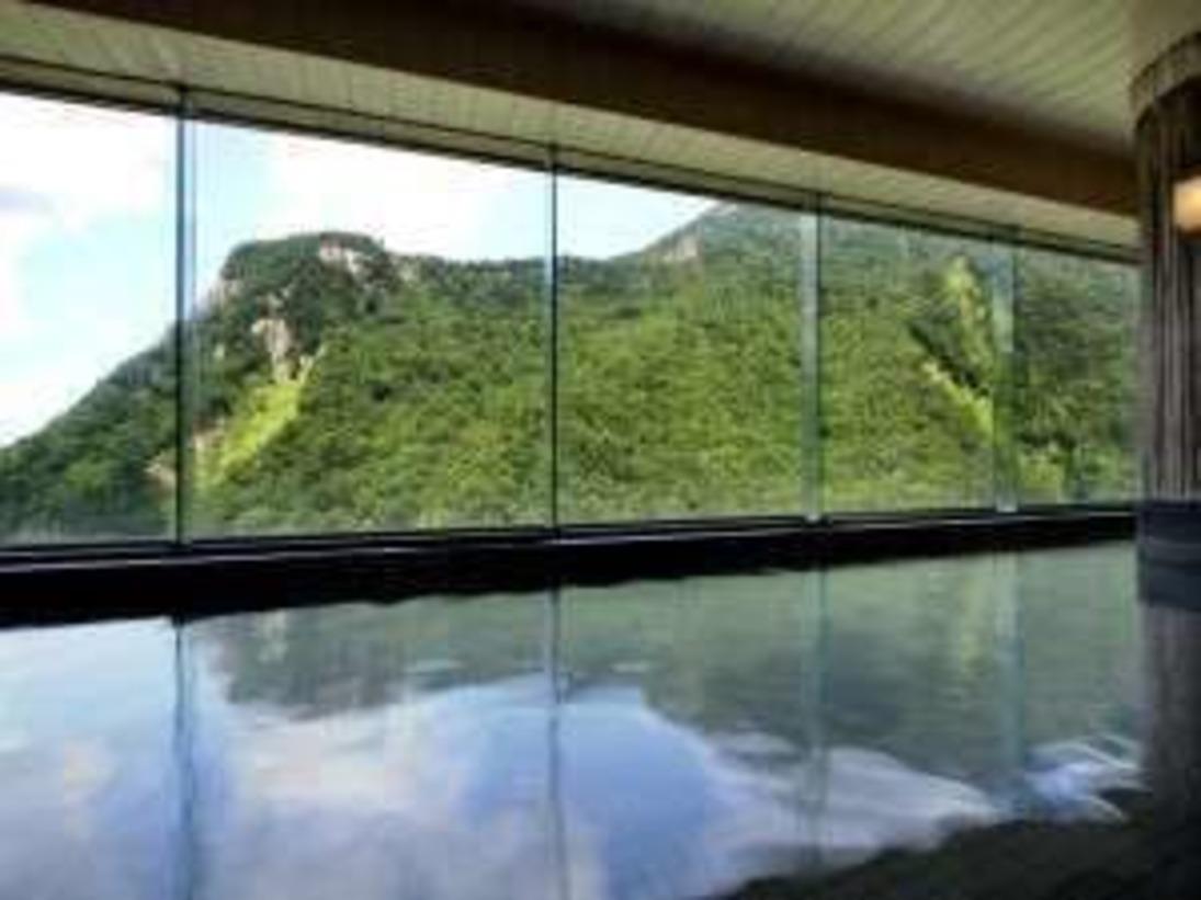 【大雪の湯】最上階にある大きな窓には層雲峡の景色がパノラマでお楽しみ頂けます。