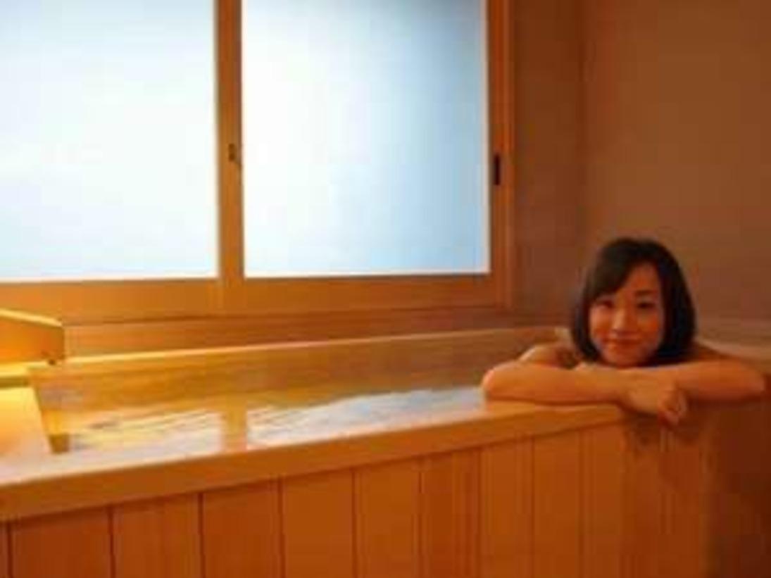 貸切風呂『むくの湯』は木のにおいが森林浴しているようで、心地良いですご宿泊のお客様は空いていれば自由に入れます。