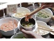 【十勝ビュッフェ/一例】人気料理。自分で具を選んで入れる「釜飯」。テーブルの上でぐつぐつ炊き上がりを待つのも楽しみのひとつ。
