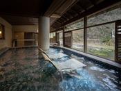 温泉チェアに腰かけて、お湯に浸かりながら景色を眺め、瀬音に癒されるひと時を♪