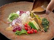 彩り鮮やかな野菜をよりおいしく♪特製ドレッシングは素材の味を引き立てます♪