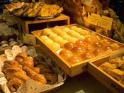 【朝食ビュッフェ】ホテルメイドの焼き立てパンが人気です