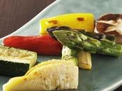 季節の厳選食材を鉄板焼でお召し上がりください (写真はイメージ)