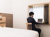 【客室】出窓デスク 出窓には調光可能な照明がついています。気分に合わせて変更いただけます。