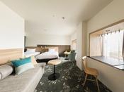 【客室】プレミアムデラックスツイン 出窓が机とMサイズのベンチとなっております。