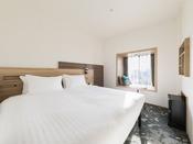 【客室】スーペリアダブル/ベンチ・部屋広さ…16m2・宿泊人数…1~2名・ベッド幅…160cm