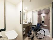 【客室】ユニバーサルツイン 車椅子の方もご利用しやすいよう広めの洗面台を設けております。