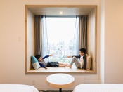 【客室】出窓Lベンチ ベンチタイプのお部屋には。MサイズのベンチとLサイズのベンチがございます。