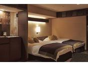 【豊洲亭コーナーデラックス】ベッドサイズは大きめの 12センチ×200センチ。ベッドスペース専用テレビもあります