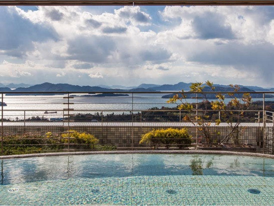 海抜120メートル・3階露天風呂からの眺め。瀬戸内海の多島美をご覧になりながら、ごゆっくりおくつろぎ下さい。ご利用時間:AM6:00~10:00 / 15:00~23:00ご宿泊者無料。