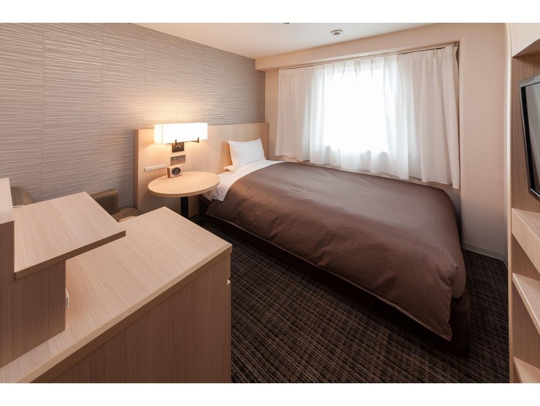 シングルルーム12平米のお部屋に、幅1230mmのセミダブルベッドを採用しております