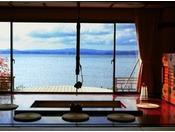露天に浸かりながら釣りもたのしめるほど海に程近いオーシャンフロントの露天風呂付貴賓室。利久全12室のうち3室の客室。お部屋のご指定も承ります。