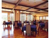 落ちついたレストランですのでゆったりとお食事をお召し上がりいただけます。また桟橋が目の前にありますので夕陽のタイミングを見逃さないのもダイニングレストラン潮音の良さでもあります。