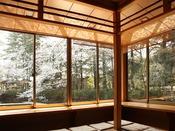 【茶室・喫茶コーナー】池に面した窓際のお席で、春は桜、夏は睡蓮やハス、秋は紅葉、冬は雪景色をご覧いただきながら、おくつろぎ下さい